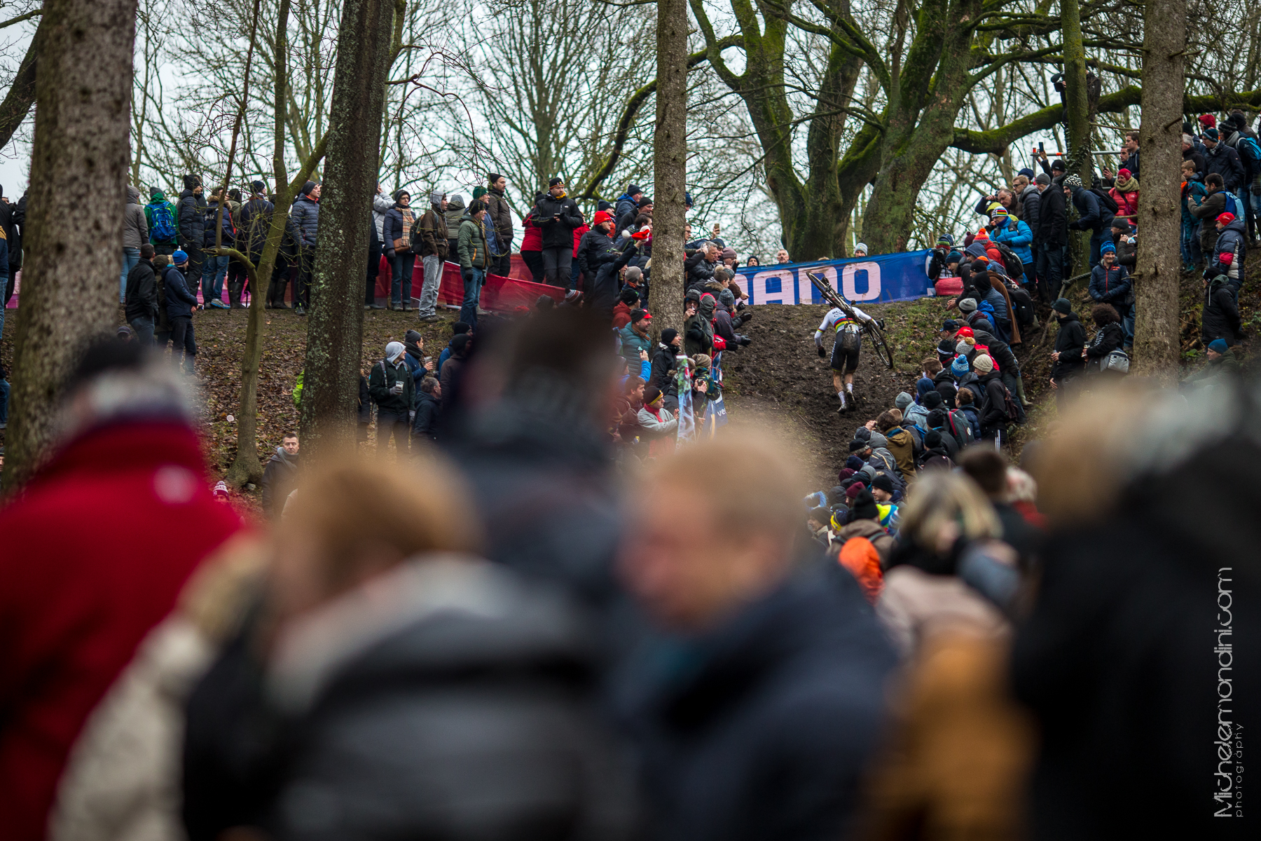 Wout Van Aert leads the crowded world cup of Namur - Ph: Michele Mondini